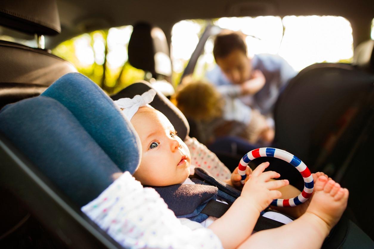 Voyager avec bébé en position dos à la route
